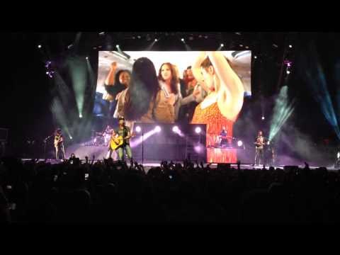 Dierks Bentley LIVE at Ak-Chin Pavilion in Phoenix on 7/26/2014 - DRUNK ON A PLANE (iPhone Video)