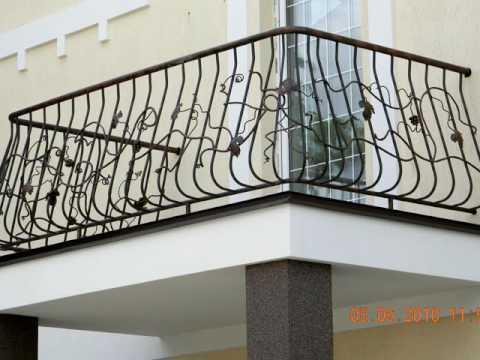 Выносной балкон на колоннах в частном доме, перила из металла кованые балконные.