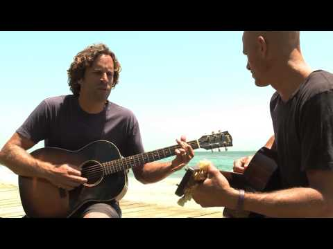 Jack Johnson and Kelly Slater performing Home - fr