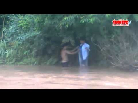 Cô giáo-học sinh chui vào túi nilon để qua suối đến trường