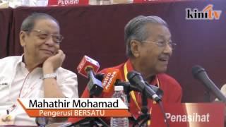 Mahathir pokes fun at Sharizat over 'kissing' remark thumbnail