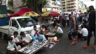 2011年ヤンゴンにて。去年よりも活気付いてる印象。郊外にショッピング...