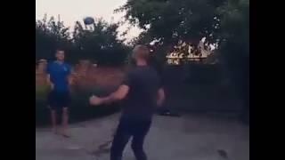 Вратарь сборной Украины Андрей Лунин показывает технику