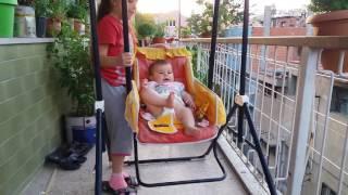 bebek baby prenses elifsu bursalı ve eylül bursalı balkonda salıncakta sallanırken ve eğlenirken