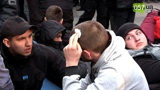 Азов против полиции: потасовка около Сбербанка в Харькове