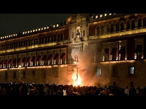 mexico-protestors-set-fire-to-presidential-palace