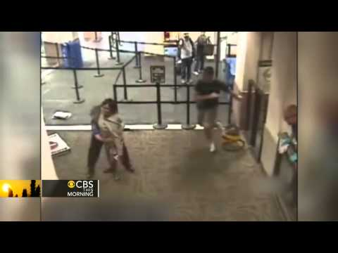 Download Off-duty cop jumps in to aid attacked TSA agent Mp4 baru