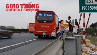 Xe khách liều mình lập bến cóc ở làn đường 100km/h