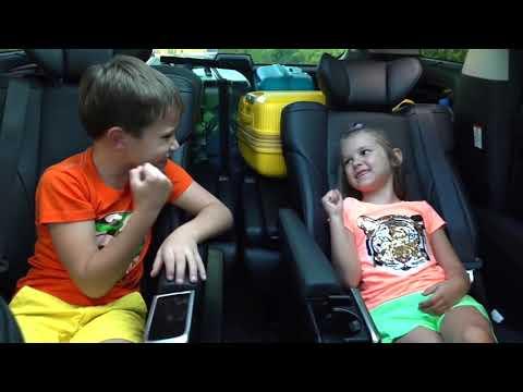 Катя и Макс упаковали игрушки в машину