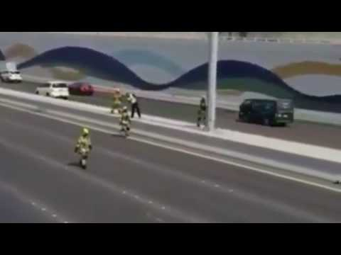 Dubai Police & FireFighters stopped traffic in a main road to save a kitten life