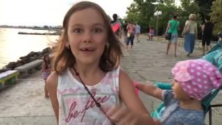 Влог: Мы гуляем по городу Поморие, Болгария! Pomorie Bulgaria(Мы идём гулять по городу, Анюта и Лиза катаются на лошадках, едят мороженое и развлекаются на аттракционах..., 2016-07-17T14:37:19.000Z)