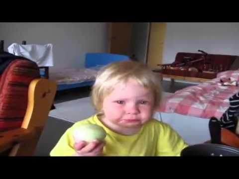 Просто ребенок очень любит кушать лук