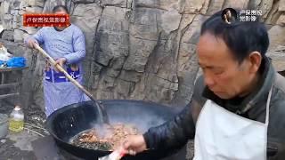 如此大鐵鍋,這樣燒著柴火炒肉的場景,城裡是根本見不到了! 【卢保贵视觉影像】