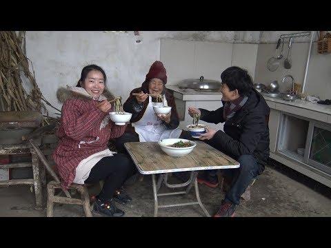 孙女婿来做客,姥姥煮一只公鸡,做芝麻叶面条,孙女说鸡肉真不少