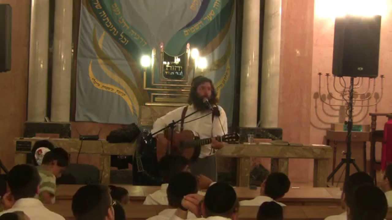 שמואל גריינימן בהופעה לבחורי ישיבה בנתניה לקראת חודש אלול