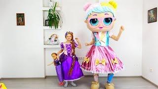 Polina se convirtió en la Princesa Rapunzel y juega con una muñeca nueva.