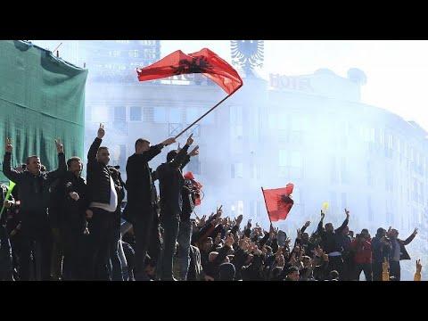شاهد: محتجون في ألبانيا يحاولون اقتحام مبنى الحكومة  - 20:53-2019 / 2 / 16
