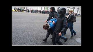 Смотреть видео В Петербурге на акции