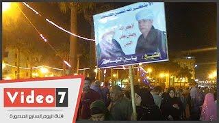 بالفيديو.. فتاة ترفع لافتة لصور الشيخ ياسين التهامى خلال احتفالات ميلاد الحسين