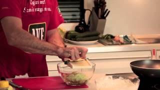 Hrenovke v pivskem testu s krompirjevo solato in kumaricami thumbnail