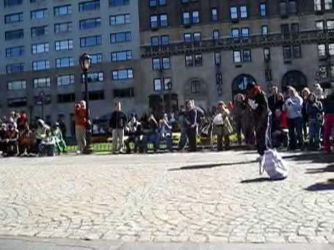 Танцоры у отеля Plaza на Пятой авеню