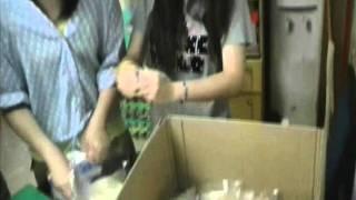 港青基信書院到油尖旺食物銀行做義工:處理麵包香蕉(拍攝:黃嘉
