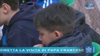 Menino chora pela morte de seu pai ateu e Papa Francisco o consola