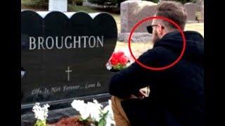 Её отца не стало год назад. Когда девушка увидела, кто присел у его могилы, не могла сдержать слез