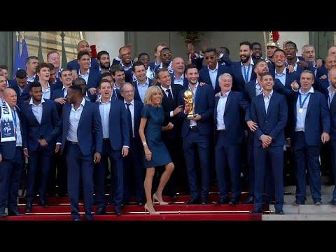 شاهد: ماكرون وزوجته يغنيان مع لاعبي فرنسا في الإليزيه  - نشر قبل 3 ساعة