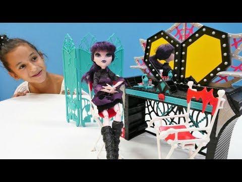 Видео для девочек #МонстерХай: Кукла Хай Элизабет Распаковка ГРИМЕРКИ 💄 Игры для девочек