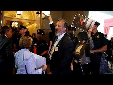 """Democratas protestam contra política de """"tolerância Zero"""""""