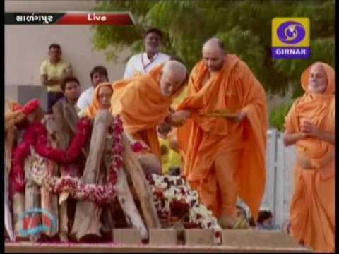 Pramukh Swami 's funeral takes place at BAPS Sarangpur campus in Gujarat