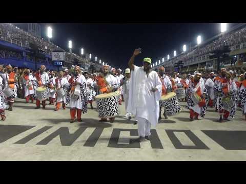 Desfile das campeãs Mangueira 2019 campeã bateria retornando para o recuo Jamelão