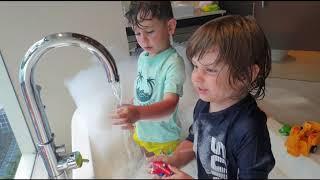 Fatih Selim ve Yusuf tatil'de,oyuncaklarla eğlenceli köpüklü banyo oyunumuz