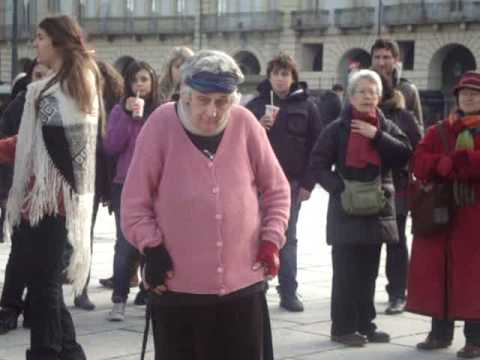 vecchietta che balla in piazza castello