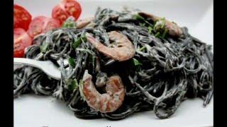 Паста с чернилами каракатицы в сливочном соусе,грибами и креветками.