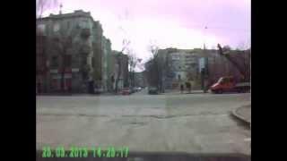маршрутка в запорожье дтп(водитель маршрутки,отъезжая с остановки,считает деньги и не смотрит на дорогу., 2013-11-18T19:39:45.000Z)