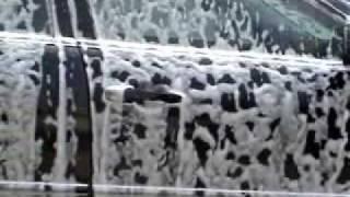 Nettoyage d'une voiture au canon a mousse
