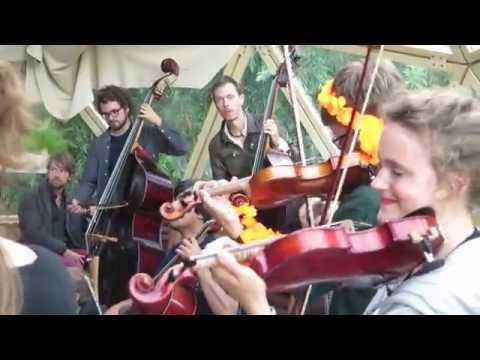 Strijkers van het Ricciotti Ensemble aan de slag op de Zuidas (4 aug. 2016)
