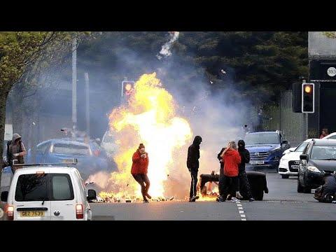 شاهد: بعد أيام من الهدوء.. تجدد المواجهات بين المتظاهرين ورجال الشرطة في بلفاست …  - 20:58-2021 / 4 / 20
