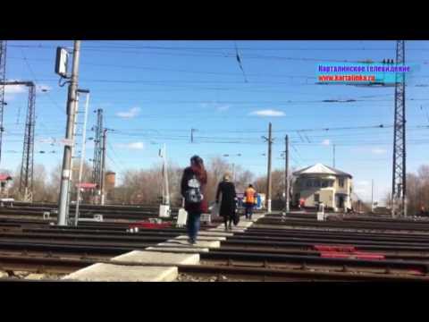 Карталинские дети бегают по железнодорожным путям