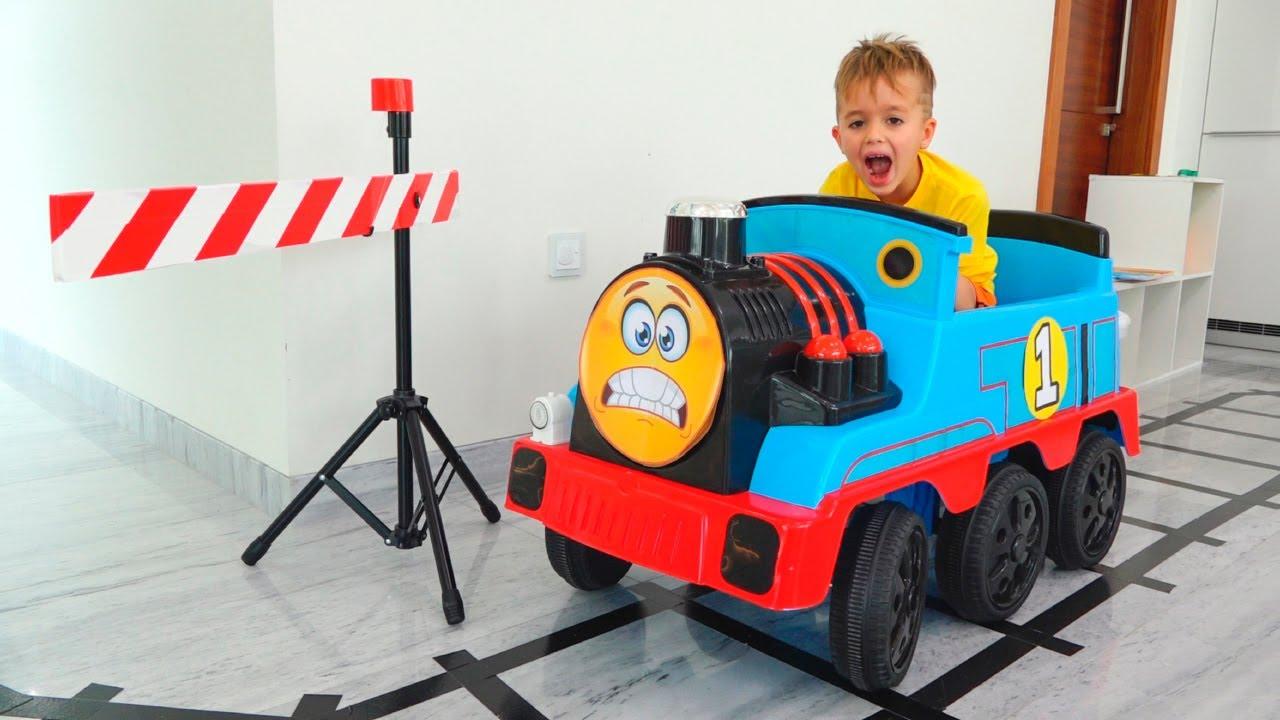 يلعب فلاد ونيكي مع لعبة القطارات