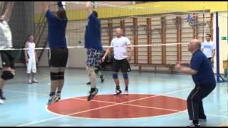 Ветераны играют в волейбол