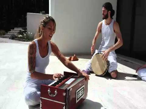 ananda yoga teacher training: Devika Camedda e Andrea Algeri, mantra a Shiva