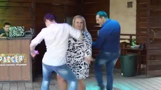 Толстушка зажигает с двумя мужиками