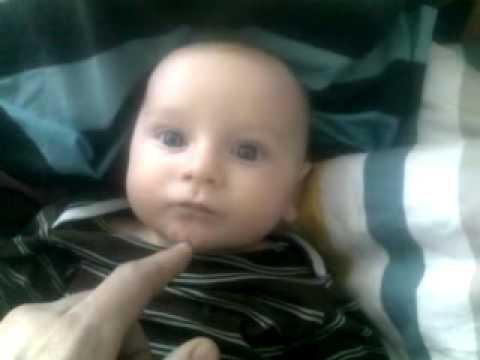 Tristan et le doigt de papa dans la bouche