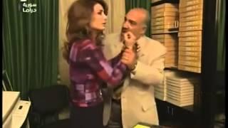 مرح جبر يرتفع قميصها وينكشف ظهرها