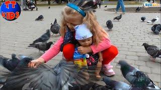 ✔ Кормим птичек в Парке с куклой Беби Борн / We feed birds in the park with Baby Born Doll  ✔