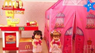Ani y Ona NENUCO Restaurante pedidos electrónicos y meriendan en su casita de juguete thumbnail