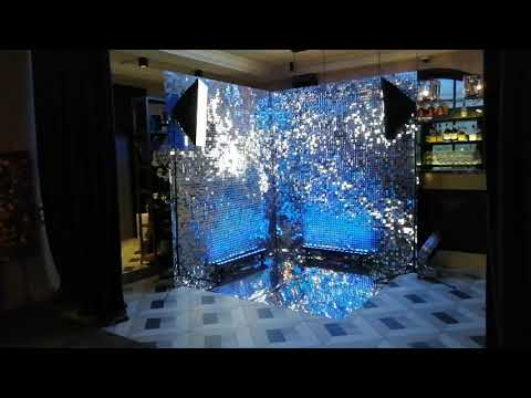 """Угловая фотозона """"blesklab.com"""" из серебряных пайеток с зеркальным полом и Led подсветкой"""